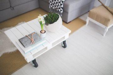 Witte steigerhouten tafel interieur